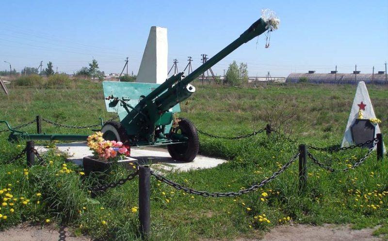 пос. им.Тельмана Тосненского р-на. Памятник-пушка ЗИС-3 на рубеже обороны советских войск.