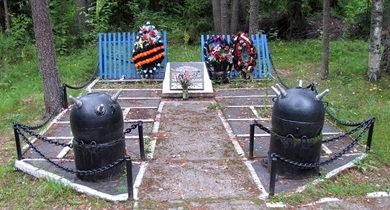 п. Владимировка Приозерского р-на. Памятник, установленный на братской могиле, в которой похоронено 4 советских воинов.