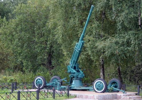 Зенитное орудие на мемориале.