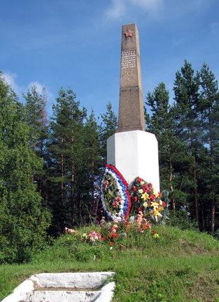 ст. Громово Приозерского р-на. Памятник, установленный на братской могиле, в которой похоронено 58 советских воинов.