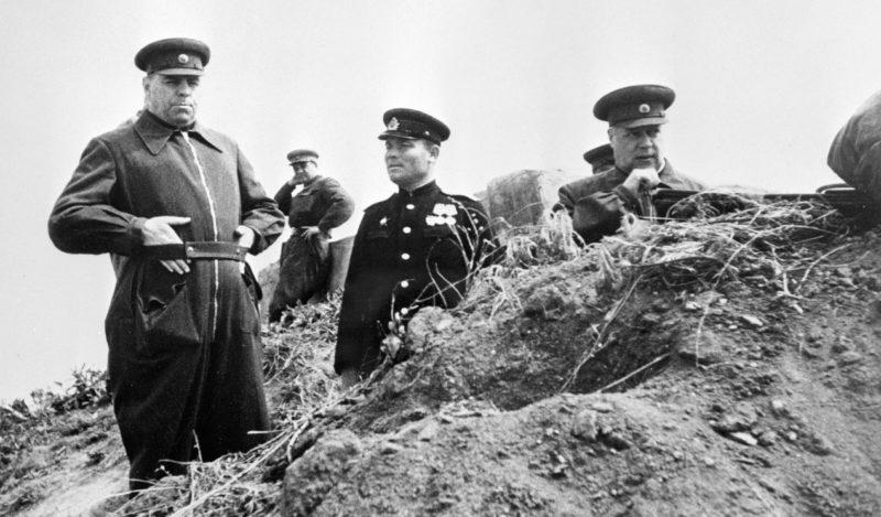 Маршалы Александр Василевский и Фёдор Толбухин наблюдают за полем боя на подступах к Севастополю. Май 1944 г.