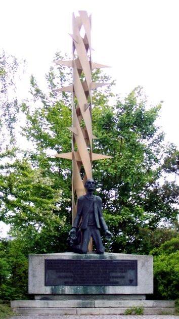 д. Мошендорф. Памятник на месте принудительного трудового лагеря, заключенные которого занимались ремонтом вооружения для СС. После войны лагерь стал транзитным лагерем для 5 тысяч беженцев.