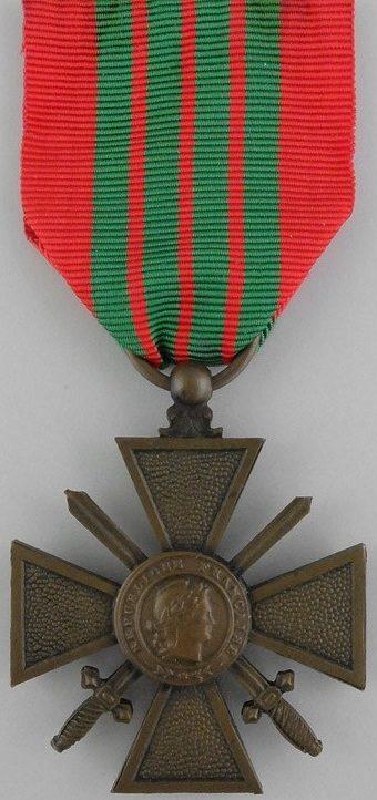Аверс и реверс Военного креста 1939-1940 с лентой Военного креста 1939 – 1945.