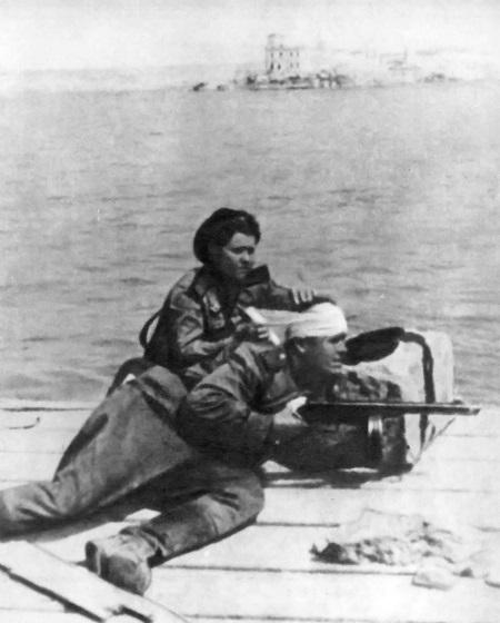 Помощь раненному. Май. 1944 г.