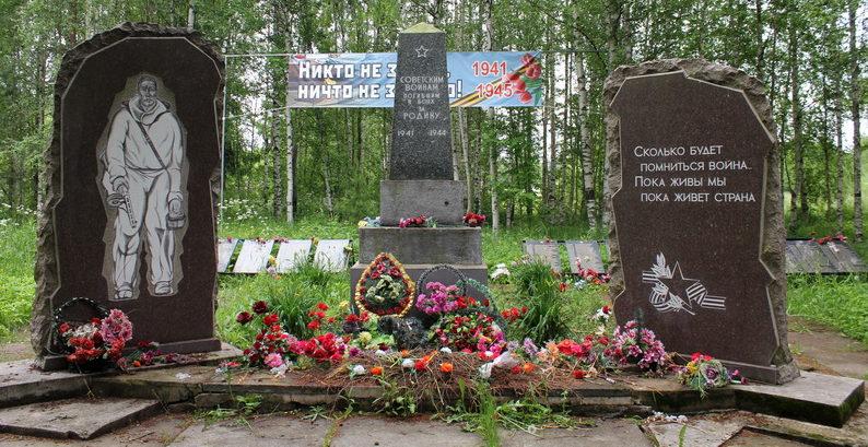 п. Ульяновка Тосненского р-на. Памятники, установленные у братских могил, в которых похоронен 311 советский воин, в т.ч. 40 неизвестных.