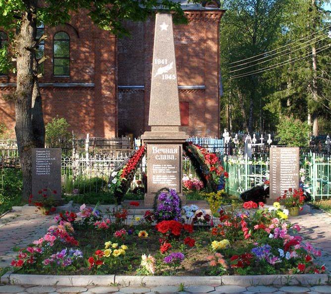 с. Ушаки Тосненского р-на. Памятник, установленный на братской могиле, в которой похоронено 30 советских воинов.
