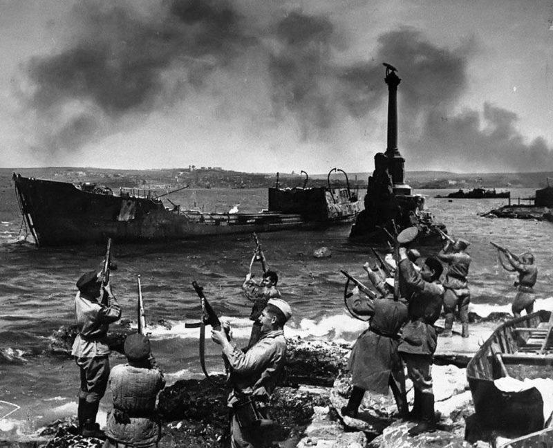 Салют в честь освобождения города. 9 мая 1944 г.