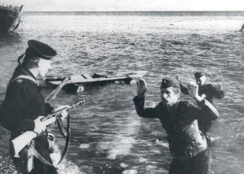 Выловленные в море пленные немцы. Май 1944 г.