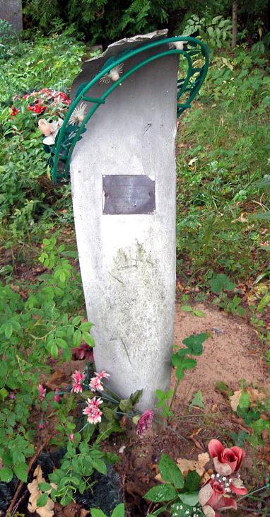 д. Чудской Бор Тосненского р-на. Памятники на кладбище, установленные на братских могилах, в которых похоронено 178 советских воинов, в т.ч. 36 неизвестных.