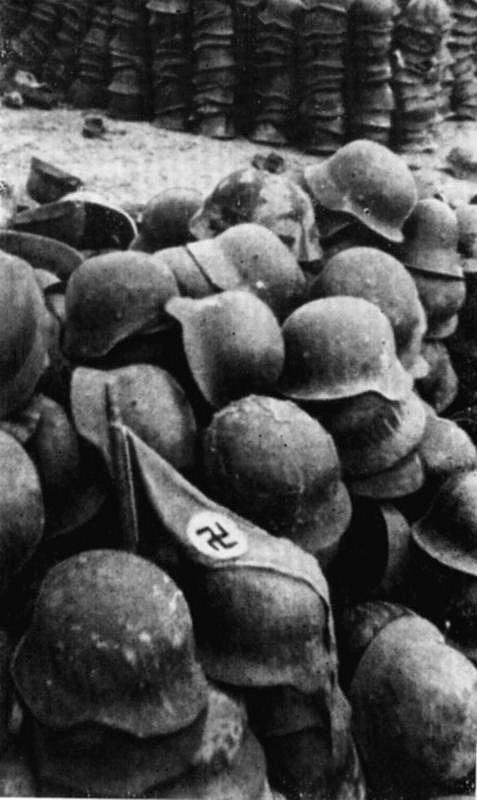 Немецкие каски, оставленные немцами. Мыс Херсонес. Лето 1944 г.