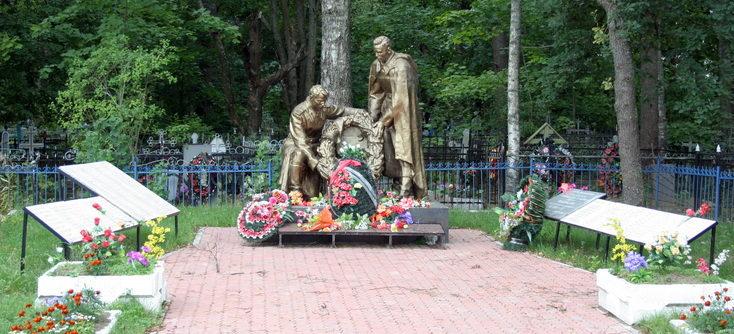 п. Шапки Тосненского р-на. Памятник, установленный у братских могил, в которых похоронено 297 советских воинов, в т.ч. 26 неизвестных.