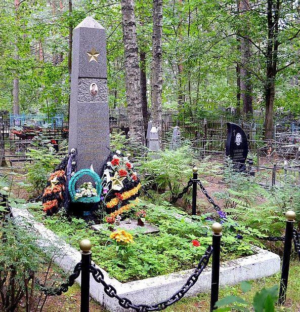 г. Приозерск. Памятник на могиле Героя Советского Союза Г. П. Ларионова.
