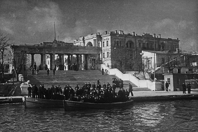Графская пристань в освобожденном городе. Лето 1944 г.