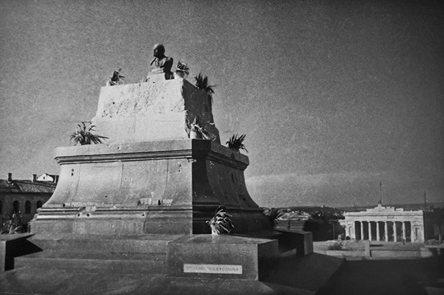 Пьедестал демонтированного памятника Ленину. Лето 1944 г.