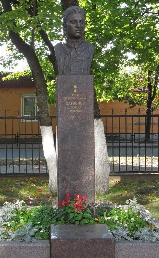 г. Приозерск. Памятник Герою Советского Союза Ларионову Г. П., установленный во дворе школы №5 по улице Ленина, 22.