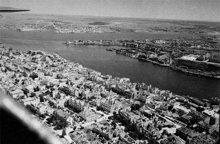 Разрушенный город. 1944 г.