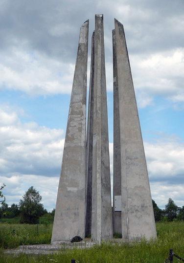п. Ромашки Приозерского р-на. Мемориал «Яблоня Джатиева», установленный у места форсирования р. Вуоксу воинами 142, 10 и 92 стрелковых дивизий 23 армии Ленинградского фронта.