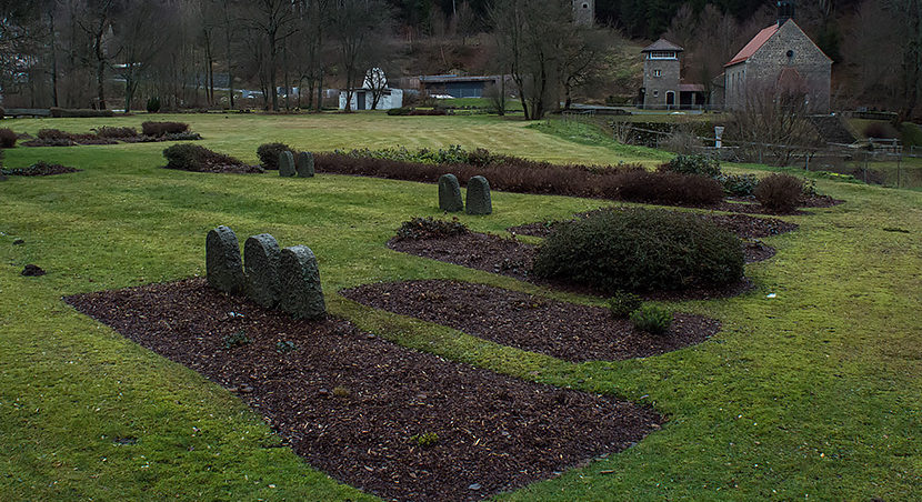 Братские могилы узников, умерших после освобождения лагеря.