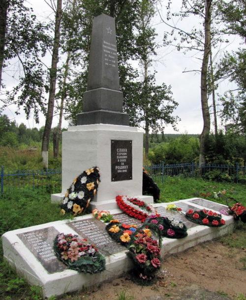 п. Саперное Приозерского р-на. Памятник, установленный на братской могиле, в которой похоронено 302 советских воина, в т.ч. 275 неизвестных. Здесь же похоронен Герой Советского Союза А.Г.Телешев.