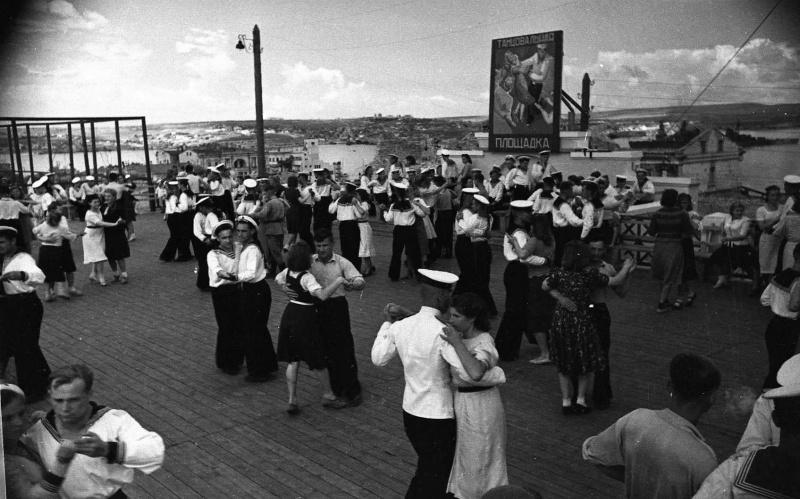 Танцы в воскресный вечер. Лето 1944 г.