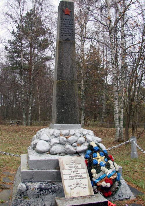 п. Соловьево Приозерского р-на. Памятник, установленный на братской могиле, в которой похоронено 835 советских воина, в т.ч. 752 неизвестных. Здесь же похоронен Герой Советского Союза А.М. Романенков.