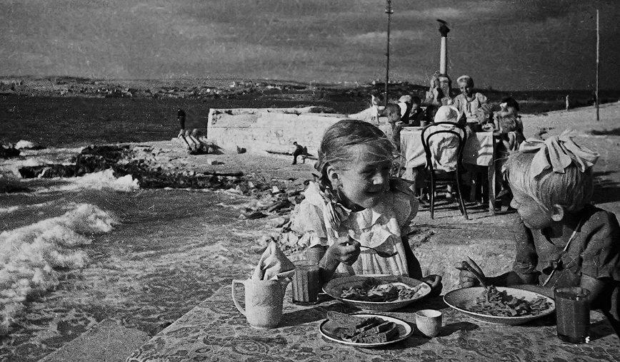 Детский сад в разрушенном городе. Лето 1944 г.