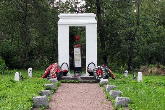 п. Сосново Приозерского р-на. Памятник советским воинам.