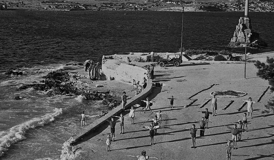 Утренняя зарядка в освобожденном городе. Лето 1944 г.