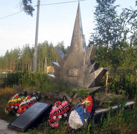г. Сосновый Бор. Памятник, установленный на братской могиле, в которой похоронено 28 советских воинов.