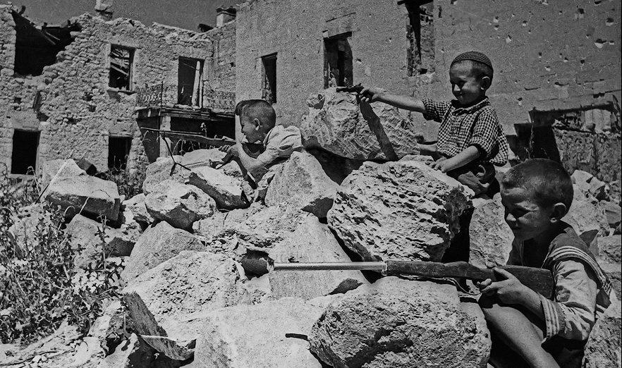Игра в «войнушку» на развалинах детского сада. Лето 1944 г.