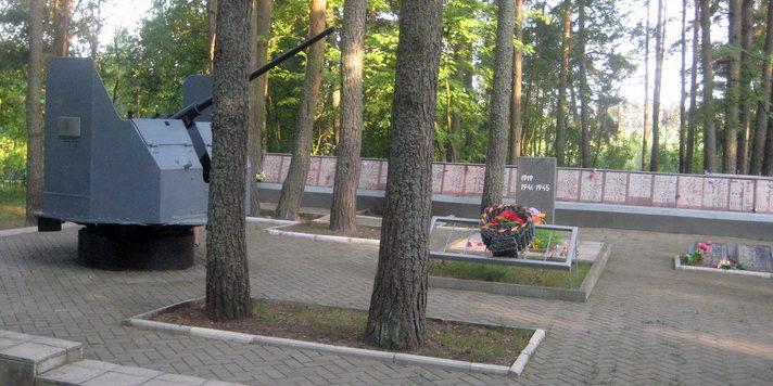 Памятники-экспонаты на мемориале.