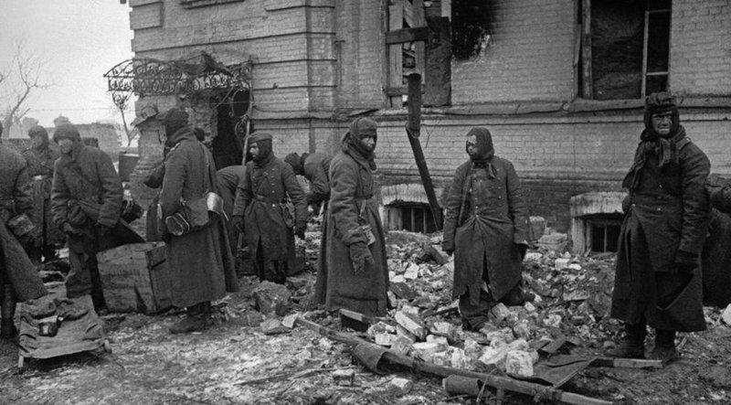 Пленные немцы восстанавливают город. Декабрь 1944 г.