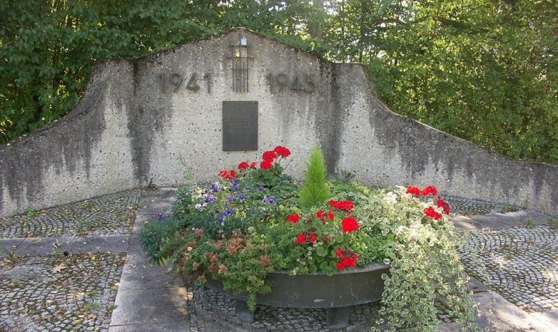 Памятник на братской могиле лагеря.