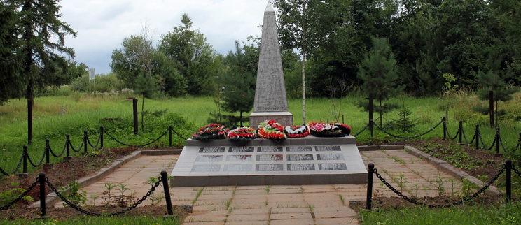 д. Выскатка Сланцевского р-на. Памятник погибшим землякам.