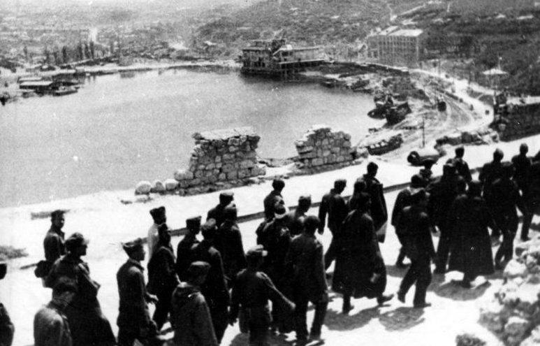 Военнопленных немцев ведут на работы. Весна 1945 г.
