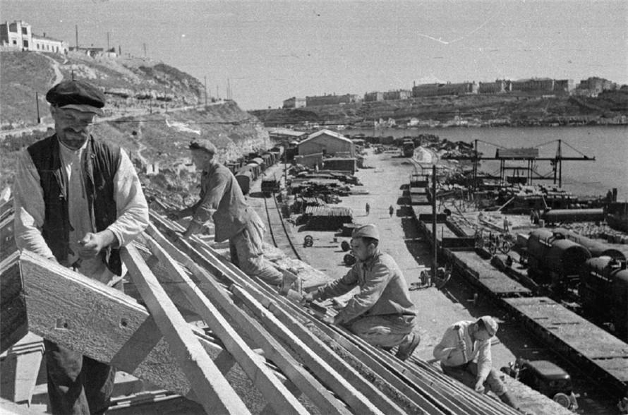 Первая стройка в освобожденном городе. Лето 1944 г.