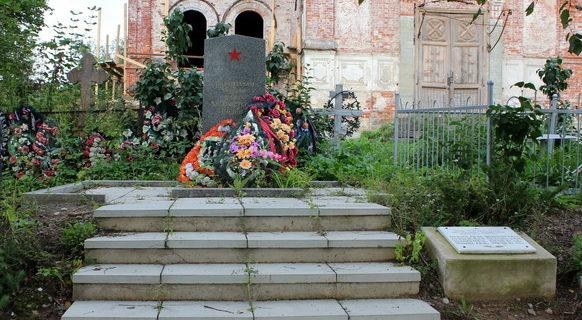 д. Заручье Сланцевского р-на. Памятник, установленный на братской могиле, в которой похоронено 8 партизан.