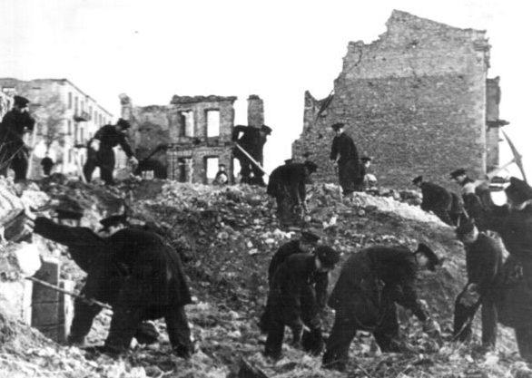 Севастопольцы разбирают завалы. 1945 г.