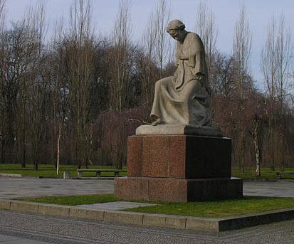 Скульптура матери.