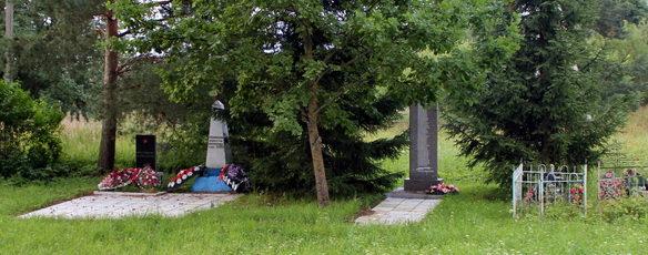 д. Монастырек Сланцевского р-на. Памятники погибшим землякам.