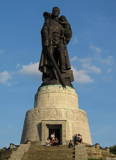 Главный памятник мемориала - воин-освободитель.