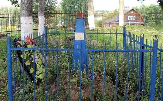 д. Пенино Сланцевского р-на. Памятник, установленный на братской могиле, в которой похоронено 2 советских воинов.