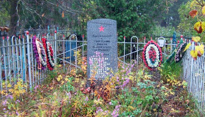 д. Рудно Сланцевского р-на. Памятник на кладбище, установленный на братской могиле, в которой похоронено 11 советских воинов.