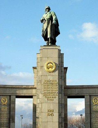 Скульптурный памятник мемориала.