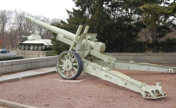 Памятник-пушка МЛ-20.