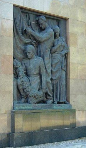 Барельеф на центральном обелиске.