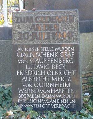 г. Берлин. Памятник на временной могиле казненных заговорщиков против Гитлера: фон Штауффенберга, Людвига Бека, Фридриха Ольбрихта, Альбрехта Мерца и Вернера фон Хефтена, которые 20 июля 1944 года совершили покушение на фюрера.