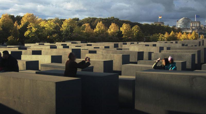 Мемориал в городском пейзаже.