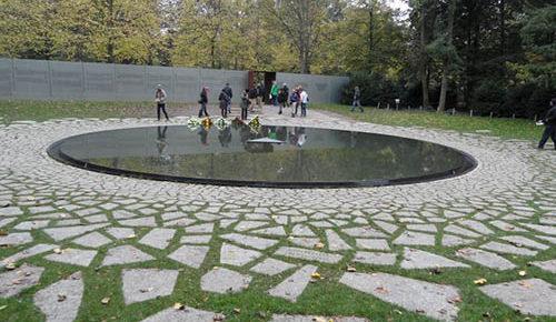 Общий вид мемориала. В каменном ковре выгравированы названия концлагерей.