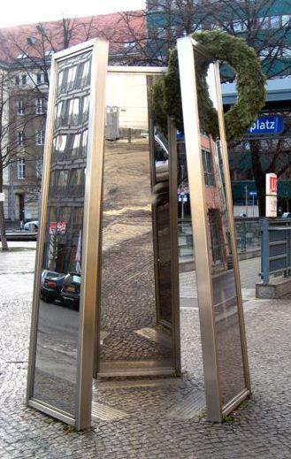 г. Берлин. Памятник еврейским владельцам и служащим магазинов и фабрик в индустрии моды в Берлине, которых преследовали и убивали национал-социалисты.